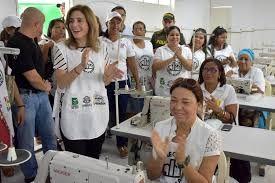 Negocio de Confección para mujeres: La actividad que desarrolla este negocio es la comercialización de prendas de vestir y complementos de moda femenina.