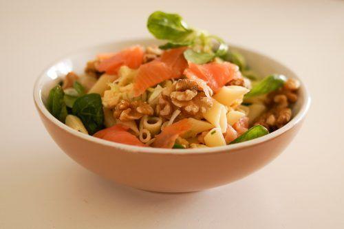 Recept - Pasta salade met gerookte zalm en walnoten - Deze salade is lekker fris en verassend van smaak. Ook krijg je hiermee veel gezonde onverzadigde vetten binnen