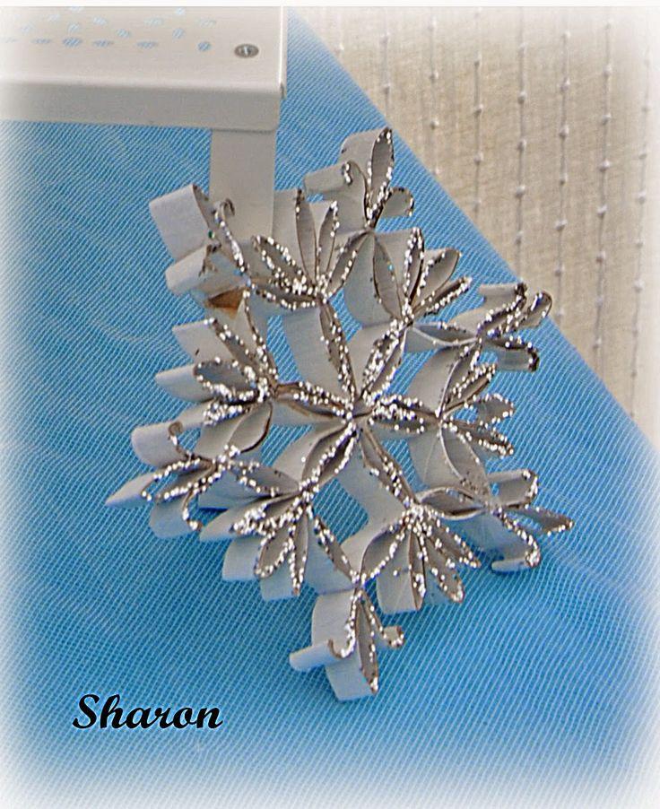Cristal de nieve que hice con varios tubos de rollo de papel higiénico ....y purpurina plateada. Las manualidades de Sharon: Fiesta cumpleaños FROZEN (detalles)