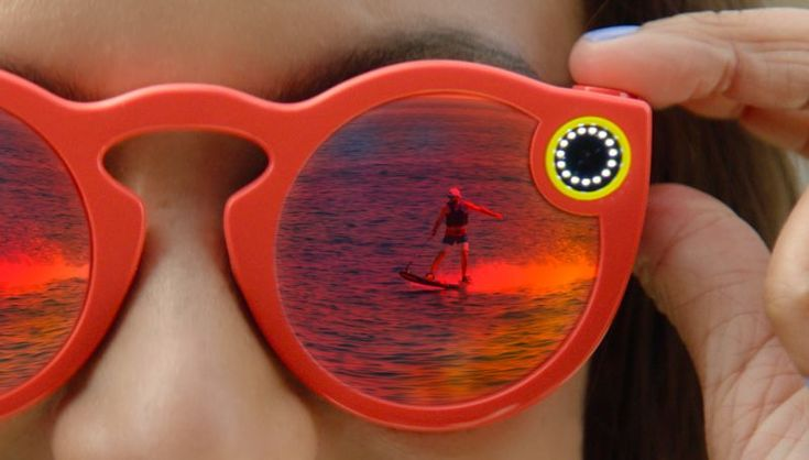 Snap Incakan memproduksi kacamataSpectacles yang dibekali dengan koneksi WiFi dan Bluetooth | PT. Equityworld Futures Semarang Dinamakan Spectacles, produk tersebut diklaim hanya merupakan kacamata hitam biasa, yang dimodifikasi menjadi alat perekam. CEO Snap, Evan Spiegel mengatakan,…