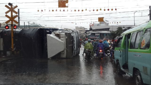 Commuterline Hantam Truk Tronton di Perlintasan Kereta Duri-Kampung Bandan, Proses Evakuasi: http://www.kabarsatu.co/archives/7941#