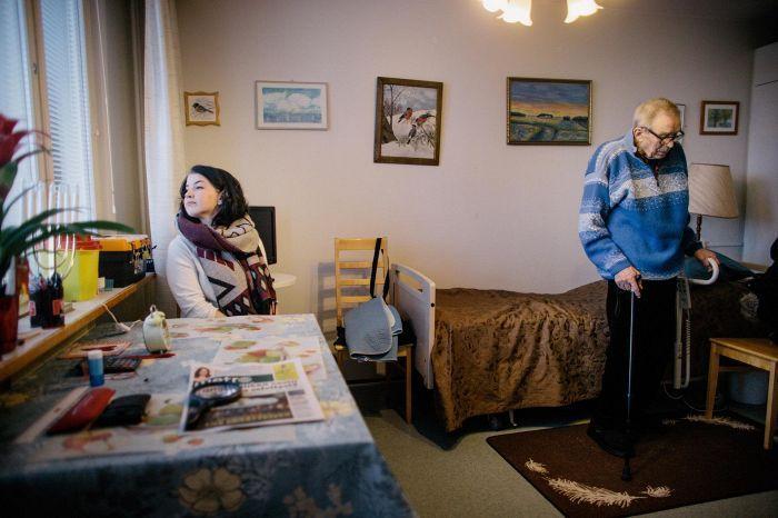 Veera Dahlgren, 18, muuttaa tällä viikolla ensimmäiseen asuntoonsa Kalervo Kriston, 85, kaveriksi palvelutaloon.