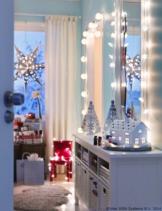 Cine a zis că luminițele se pun doar în brad? Liber la decorat dormitoarele!