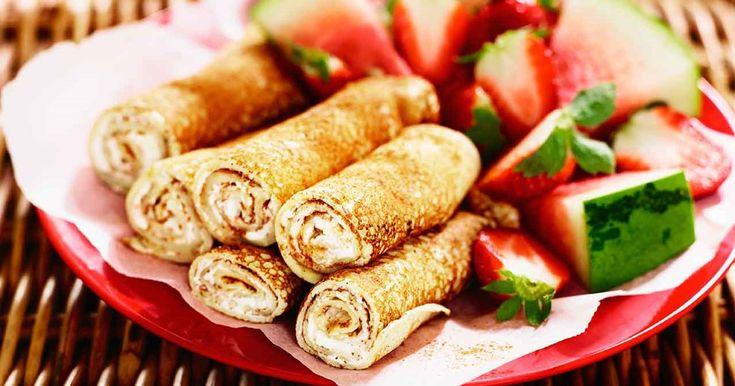 Pannkaksrullar är populär picknickmat, här med krämig färskost och lätt smak av kanel. Sötsyrliga frukter och bär smakar gott till.