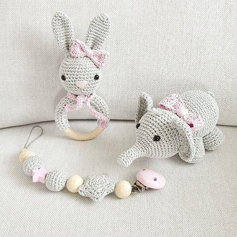 Zuckersüßes Mädchen-Set aus Hasenrassel, Schnullerkette und Elefant in hellgrau und rosa. #häkeln #crochet #schnullerkette #rassel #hase #elefant #babygirl #baby2016 #handmade #handmadewithlove
