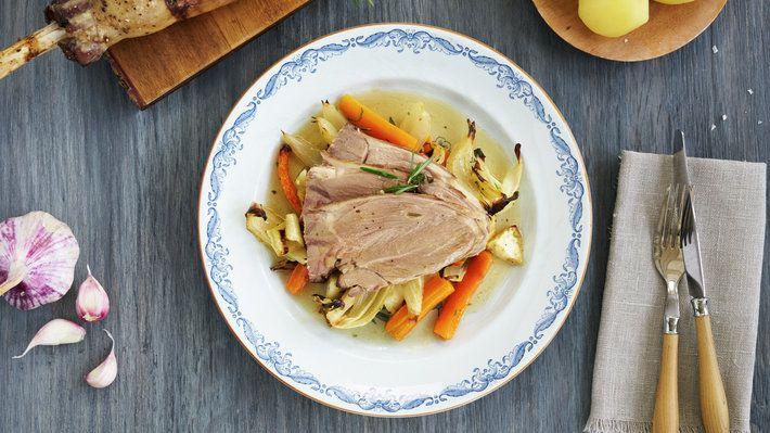 Klassisk lammestek er typisk servering i forbindelse med påske og i lammesesongen om høsten, men gjerne ellers i året også. Bruker du litt tid på å skjære ut isbeinet på lammelåret før steking, så får du en lammestek som er enklere å skjære i fine skiver.
