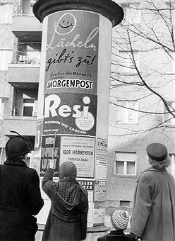 Berlin 1952 Litfass-Saeule-darauf Reklame fuer die Berliner Morgenpost,das Tanzlokal Resi,und Konzerte des RIAS-Sinfonieorchesters