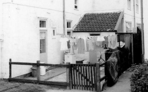 Tussen 1965 en 1975 werd een foto gemaakt van de achterzijde van een huis aan de Jupiterstraat in de Sterrenwijk te Utrecht.