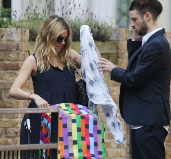...y al bebé de Sienna Miller también le encanta la muselina Mela que puedes comprar en www.somospapas.com/aden-anais