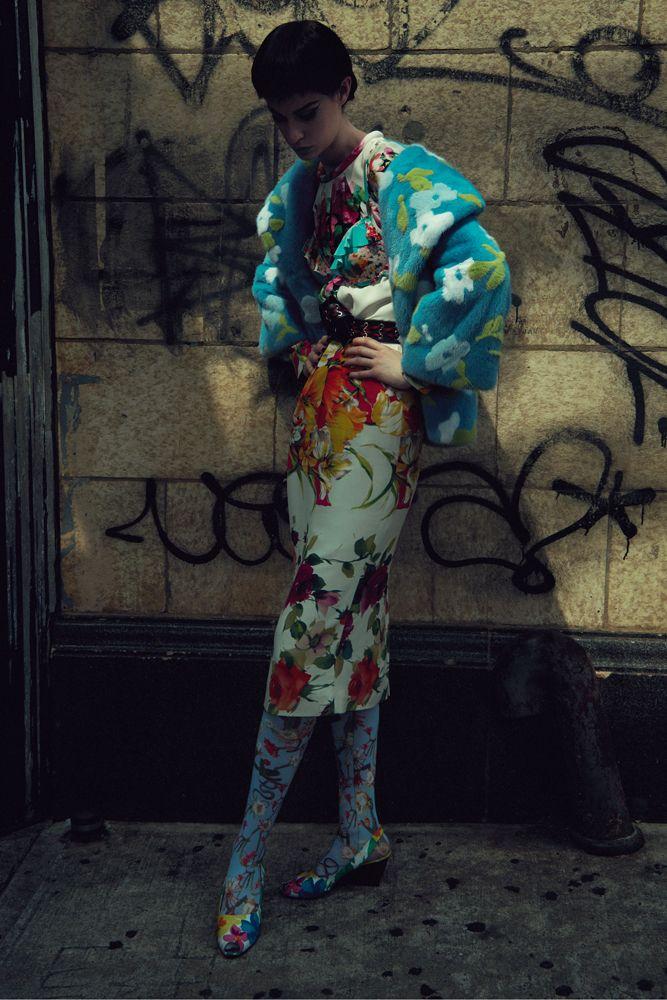Blouson en vision, MICHAEL KORS COLLECTION. Robe en jersey de soie à imprimé fleurs, BLUMARINE. Haut de maillot de bain, ETAM. Ceinture, PRADA. Chaussettes et chaussures vintage.