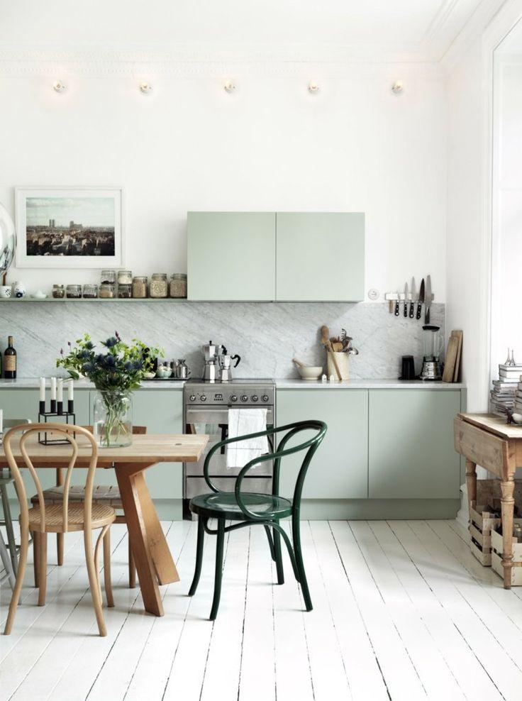 couleur cuisine tendance bois parquet sol blanc table à manger en bois chaise moderne déco fleurs