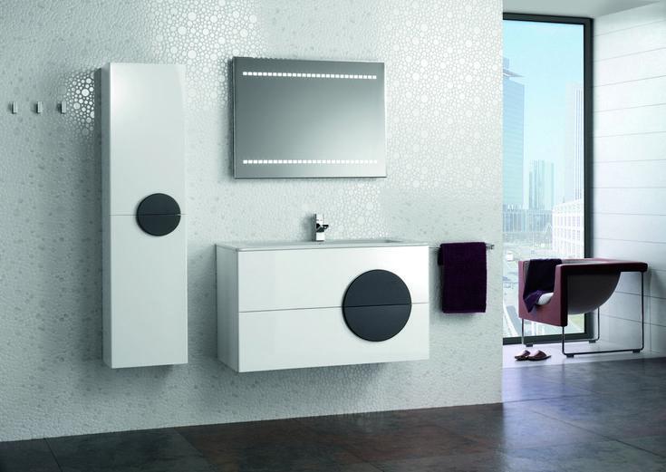 La colección ZAFIRO se inspira en las formas puras. Es una propuesta vanguardista, innovadora y arriesgada que añade un alto grado de diferenciación en el cuarto de baño. El contraste del lacado blanco, con la nueva textura del tirador circular, aporta al conjunto un aire sutil y sofisticado.