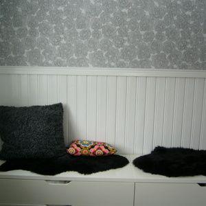 Nya tapeten ihop med den vitmålade panelen. och 2 sittbänkar med 4 rymliga lådor