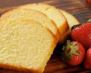 Quatre-quart sans beurre : 200 farine, 1 levure, 4 oeufs, 200 sucre, 6 cs eau bouillante, 2cs huile