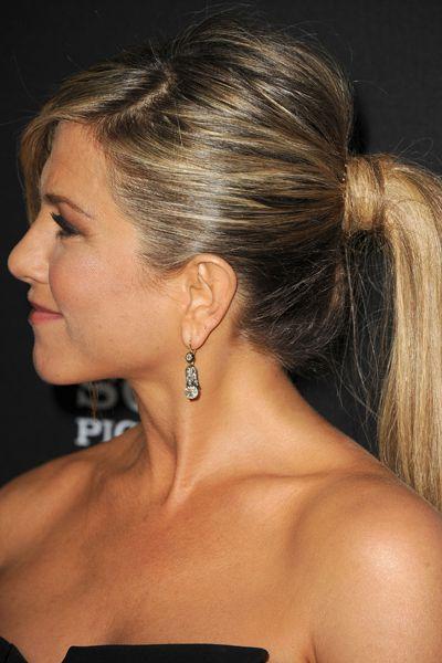 'Puffy ponytail' Sprayen een volumegevende spray op vochtig haar en föhn het daarna droog met een ronde borstel. Wanneer je de haargrens droogt, is het aan te raden om je haar voorover te duwen. Zo ontstaat er een natuurlijke vorm in de staart. Creëer daarna een schuine scheiding, toupeer de kruin en vorm het haar in een staart op het midden van het achterhoofd. Laat hierbij 1 lok langs het gezicht hangen en wikkel 1 lok uit de staart om het elastiek heen. Dan lijkt het één geheel.