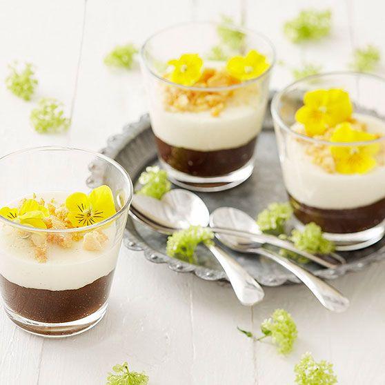 Pääsiäispannacotta sisältää tietysti mämmiä. Koristele kauniisti syötävillä kukilla ja hunajakennolla.