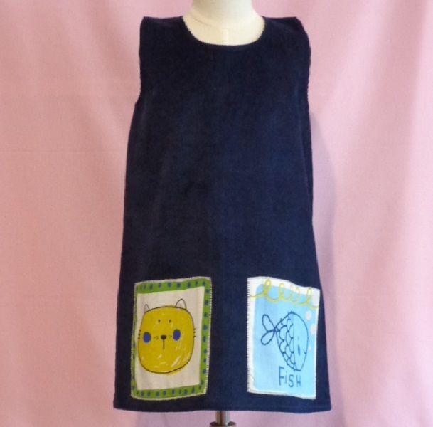 Pichi de pana azul marino con adornos en algodón cosidos con la técnica del patchwork