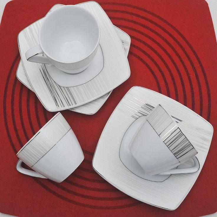 Έξι φλυτζάνια με τα πιατάκια τους για το τσάι ή το καπουτσίνο , σε τετράγωνο σχήμα από ευρωπαϊκή πορσελάνη με σχέδια πλατίνα.