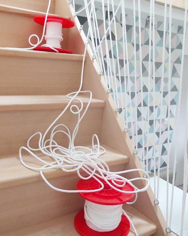 Plus long que le crochet ou le tricot... le filage d'escalier!!! #jefile,tufiles,il... #myhome #madecoamoi #monpetitchezmoi #deco #escalier #cordage