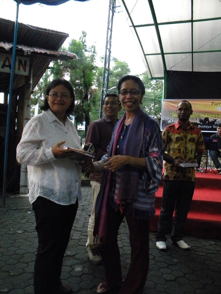 I presented my two books for colleagues who represented their organisation..Ibu Wur to represent the Bentara Budaya Yogyakarta (the cultural house of Yogyakarta) to receive the two books..