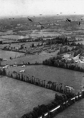 Largage de planeurs Horsa au-dessus du bocage manchois dans la région de Sainte-Mère-Eglise. Ceux-ci apportent des renforts et du matériel lourd. Juin 1944. © US Army