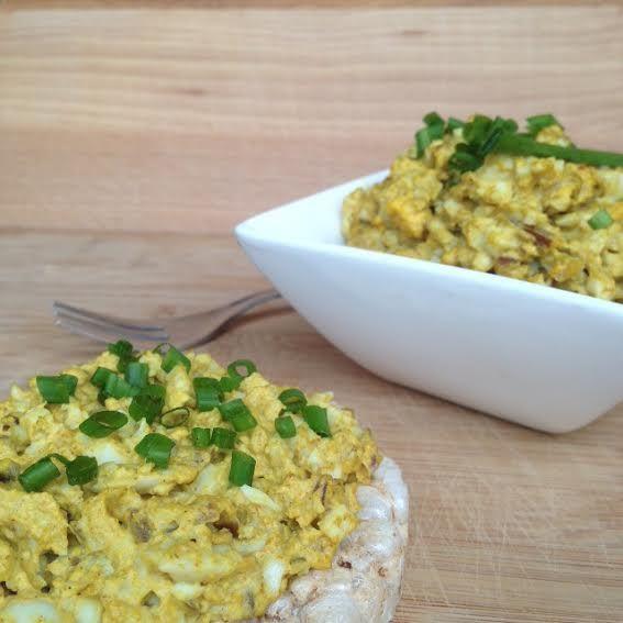 In een handomdraai maak je deze lekkere en gezonde versie van de Surinaamse eiersalade. Heerlijk op brood of op een toastje voor bij de borrel!