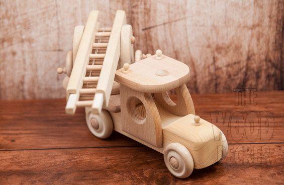 Voiture de jouet grue robustes - faite pour le jeu, avec des roues et des grues mobiles comme dans les photos! *********************** Jouet en bois est fait de bois naturel, non peint, non verni, il est donc totalement sans danger pour votre enfant et lenvironnement.  100 % non toxique ! ********************** Dimensions:  Longueur: 25 cm (9.8) Largeur: 8 cm (3.1») Hauteur: 14,5 (5,7) Longueur max de l'escalier: 38 cm (15 po) *********** Il aide à sensibiliser les enfants des…