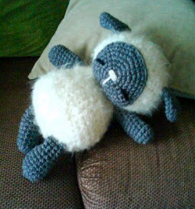 Adorable little sleeping crochet sheep toy - free amigurumi pattern // Kicsi horgolt alvó bárány ( ingyenes amigurumi minta ) // Mindy - craft tutorial collection // #crafts #DIY #craftTutorial #tutorial