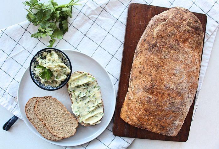 Upéct domácí chléb není tak těžká disciplína, jak by se mohlo zdát. Odměnou získáte voňavé pečivo skvělé kvality a chuti. Velkou výhodou je hlavně to, že přesně víte, jaké suroviny jste použili. Tento domácí chléb je skvělý jen tak s máslem či dobrou pomazánkou. Tak…