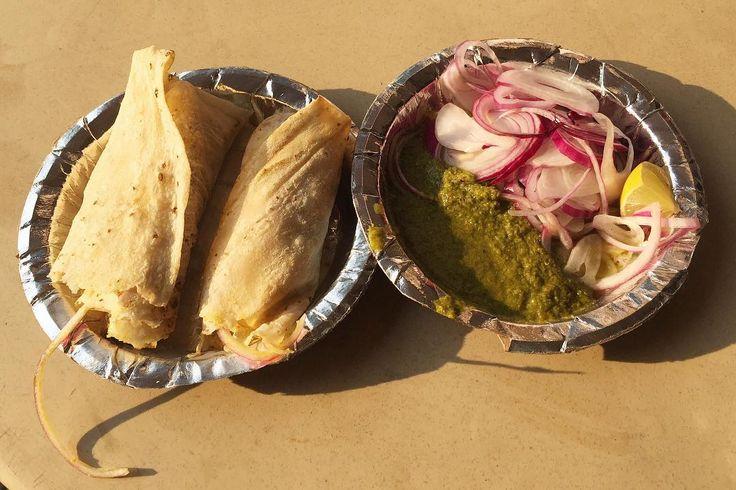 道端スナックランチ ムスリムのスタンドでマトンロール インドの辛さはタイとも中国とも違う 頭部が熱くなる辛さ スパイスの調合がどの店も違うけどはっきりとはわからない カレーだと思っちゃったら全部カレー それはつまらない  ひと汗かいてまた次へ . . #india #lifeinindia #life #travel #scenery #snack #indianfood #food #foodie #streetfood #インド #インド暮らし #暮らし #インドの日常 #風景 #旅 #インド料理 #世界のごはん