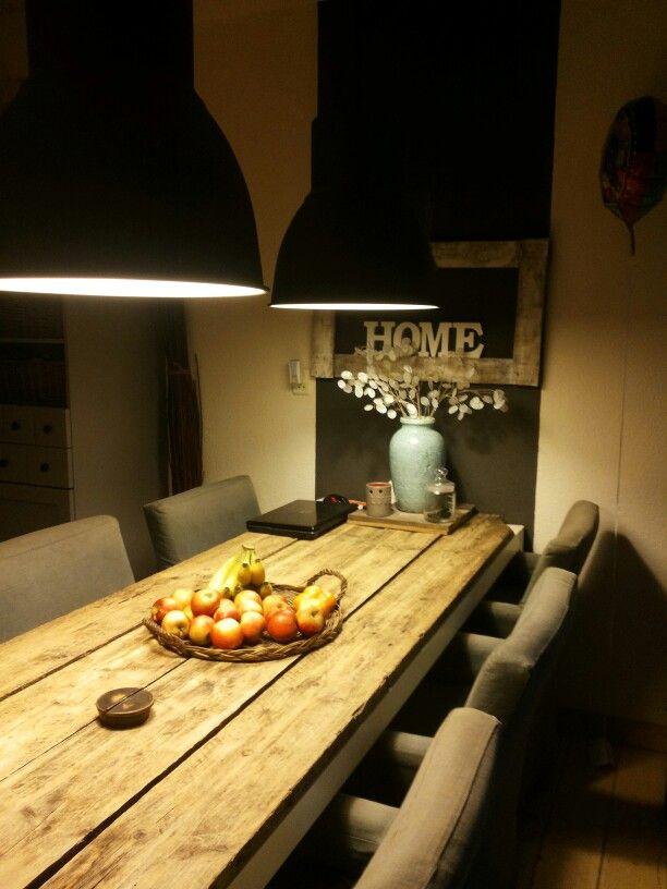 eettafel van oude planken op onderstel v kantoortafel.