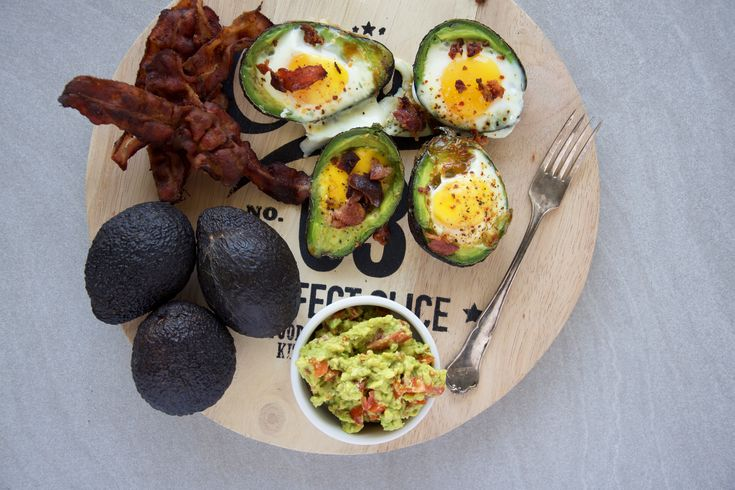 Ingredients:  Avocado Egg Bacon Spices  Preheat the oven to 200°C(392°F) Carve the avocados with a spoon, taking a spoon full of the avocado meat off. Ca