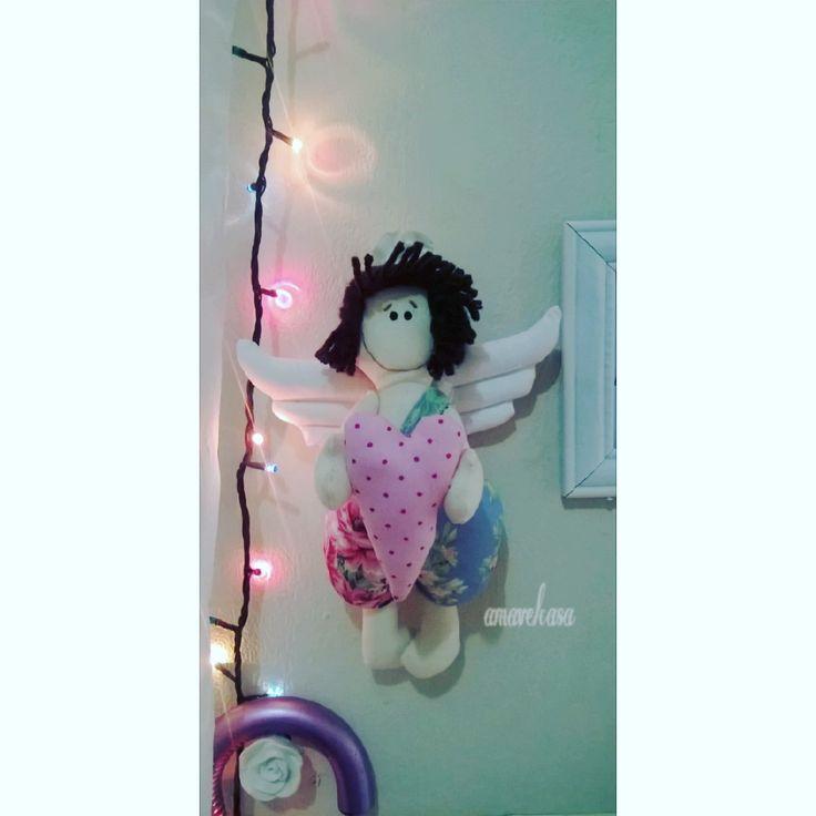 Cupido estilo tilda feito em tecido tricoline 100% algodão com cabelo em lã e fita de tecido para pendurar na parede a venda no @atelieamavelcasa para decorar sua casa com amor.