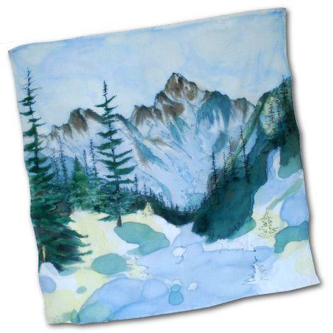 Ručne maľované umelecké dielo KRIVÁŇ v podobe hodvábnej šatky. Kriváň (2494 m) je charakteristický impozantný vrch v západnej časti Vysokých Tatier, vypínajúci sa na konci dlhého hrebeňa krivánskej rázsochy, ktorá vybieha z hlavného hrebeňa Vysokých Tatier z Čubriny.  http://bit.ly/1om2UND