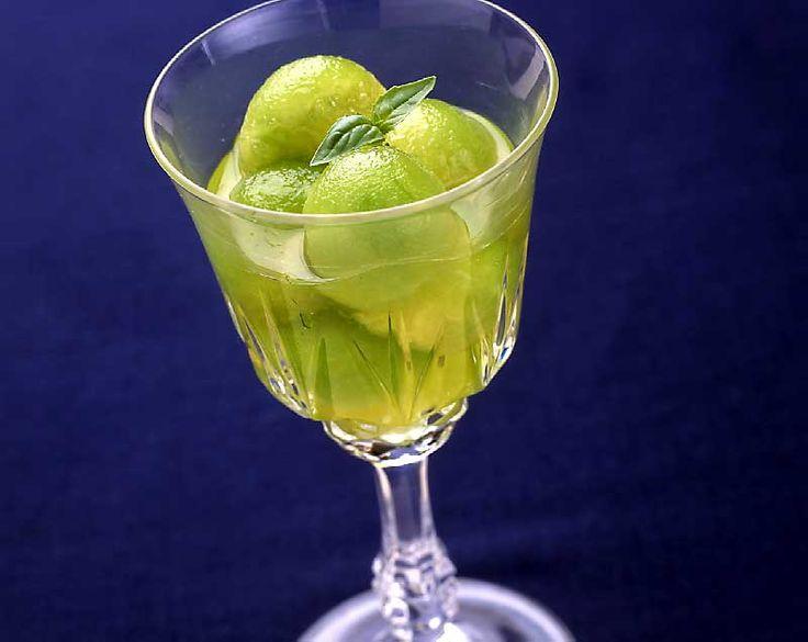 【メロンカクテル】冷たいグラスにつけ汁ごとメロンを半量入れ、冷やした白ワインカップ1/4杯とリ キュール少々を加えて混ぜます。