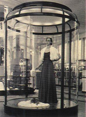 Op enkele vitrines na, waarin een avondjapon werd tentoongesteld, was er op de afdelingen geen kledingstuk te zien. Een van de kolossale vitrines begin 1900 gemaakt door de Londense firma F. Sage and Co. De vitrine bevindt zich nu in het Rijksmuseum.