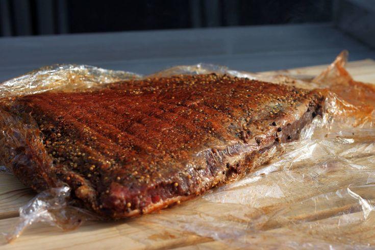 Während im Südosten der USA eher Schwein zum BBQ gehört, verwendet der Südwesten lieber Rind. Dieser Rub eignet sich also hervorrragend für Brisket, Beef Ribs und allerlei andere Rinder-Grill-Gerichte. Zutaten 2 EL Paprika 2 EL brauner Zucker 1 EL Cayenne 1 EL Salz 1 EL frisch gemahlener schwarzer Pfeffer 1 TL Senfpulver 1 TL Cumin … … Weiterlesen →