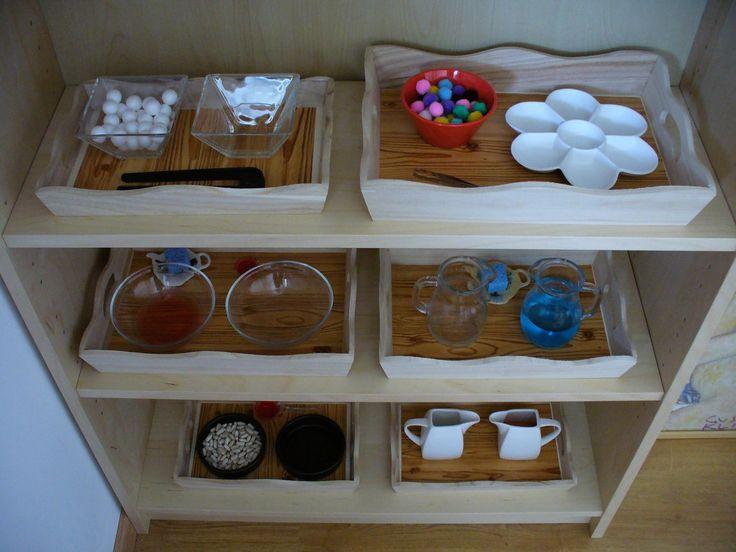 Je vous présente les plateaux d'activités sur lesquels Emma travaille, ces temps-ci.  Première série d'étagères ( de haut en bas, de gauche ...