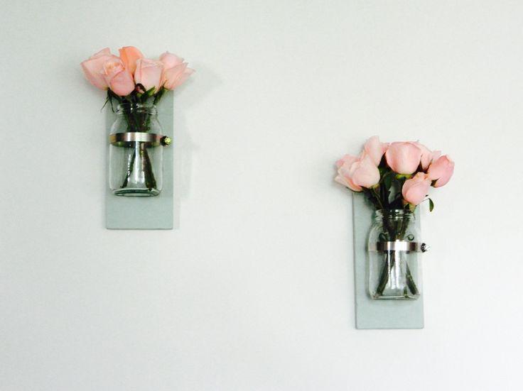 Decoración de paredes: florero colgante ! Te gustan las flores, pero tienes gatos y no puedes tener floreros en la sala o comedor de tu casa porque se comen las flores o riegan el agua?  Esta es la solución perfecta! floreros colgantes. Son super cute! Floral Sconse