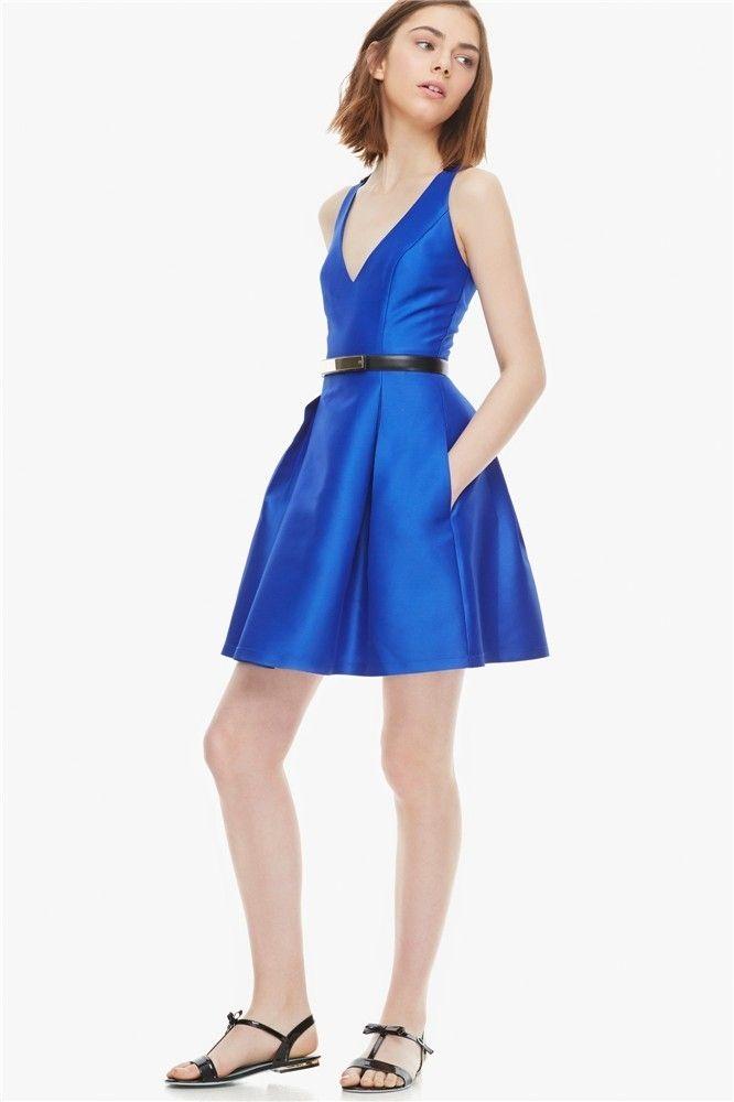 Vestido corto en azul eléctrico de U de Adolfo Domínguez (139 euros)