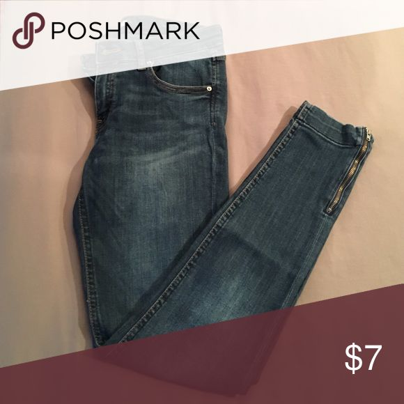 Really comfy skinny jeans Medium blue denim with cute little zippers by the ankle H&M Jeans Skinny