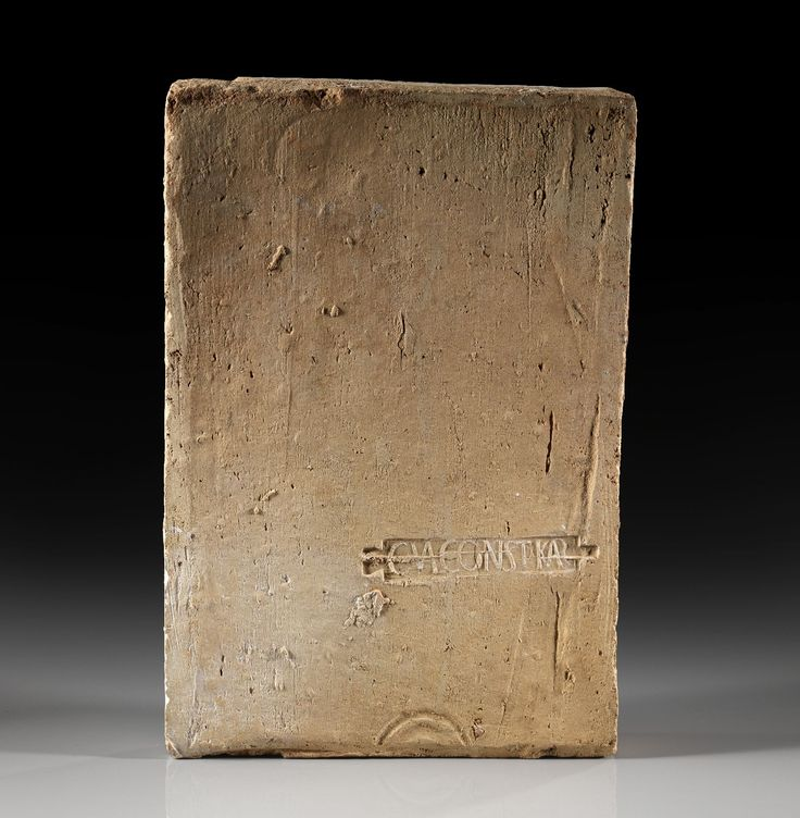 Marchio di una fabbrica privata su un mattone romano, Gaius Valerius Constantinus Carnuntus or Carnuntinus, II secolo d.C. 44 x 30 x 5 cm. Collezione privata
