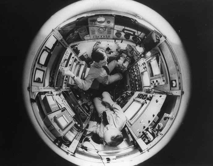 Don Walsh et Jacques Piccard explorent les abîmes à bord du sous-marin Trieste, au large de l'île Guam, dans la fosse des Mariannes, situé dans l'Océan Pacifique (23 Janvier 1960)