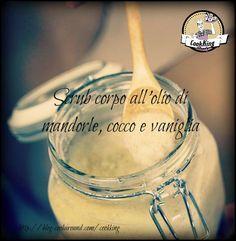 Scrub corpo all'olio di mandorle e cocco. Ingredienti: 4 cucchiai di farina di cocco 4 cucchiai di zucchero di canna 4 cucchiai di olio di mandorle