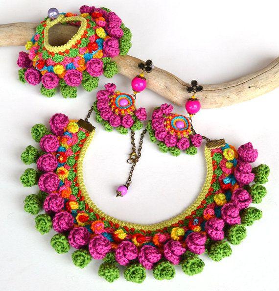 Istruzione colorati gioielli etnici che rallegrano qualsiasi vestito. Collana etnica colorato ispirato al folk messicano gioielli etnici. Se ti piace grande grassetto gioielli grosso questo potrebbe essere una grande aggiunta alla tua collezione. La collana è uncinetto utilizzando il mio modello. Vari colori di cotone e cotone-viscosa mix. Larghezza circa 5cm (1,95 pollici) Montato su un cavo in silicone base, aprox.45cm(17.7inch) di circonferenza interna o su una catena (foto 4), con…