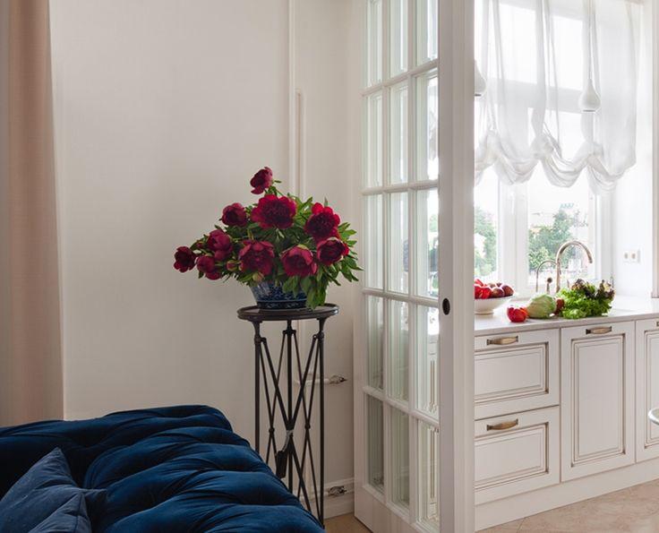 В спальне, гостинной или кабинете, живые цветы - это лучший декор, создающий уют и яркие пятна в Вашем интерьере. Но не всегда уместно ставить цветочные горшки на журнальный столик или полки. Для этих целей лучше использовать цветочницу St Etienne от EICHHOLTZ. Компактная и оригинальная по дизайну, цветочница выполнена в отделке цвета бронза. Деревянное основание столешницы, декорированное узором по всему периметру и дополненное стеклянной столешницей, крепится на ножки выполненные в форме…