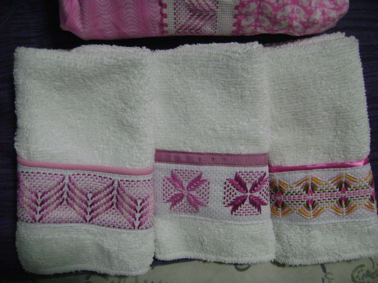 Otro juego de toallitas faciales blancas con bordado yugoslavo en tonos rosa