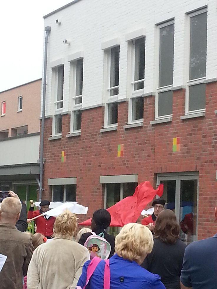 Het schooljaar in #Babberich (gemeente #Zevenaar) is geopend, na vlag en pastoor de vendeliers van @Gildestjan weer normale ritme. Maandag 12 augustus 2013. via twitter @andreonnink.