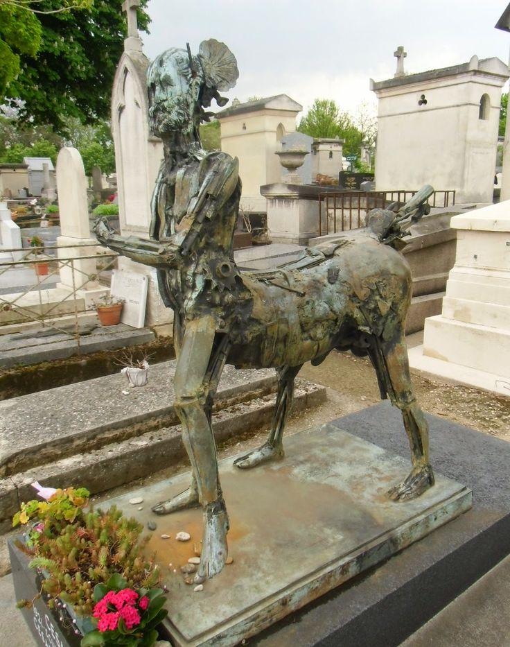 Tombe du sculpteur César. Cimetière du Montparnasse 3, boulevard Edgar Quinet Paris 75014.
