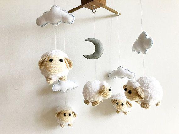 ♥ WILLKOMMEN BEI ELFENBEIN BAUMHAUS ♥  Alle Elemente sind aus meinem Herzen voller Liebe für alle Kinder und Familie das Lächeln gemacht :)  Detail:  -Schaf: sie werden von Hand Gehäkeltes Acrylgarn und gefüllt mit Polyfill hergestellt.  Größe: 4,0 x 3,0 Zoll  -Mond und Wolken: sie sind aus Filz und gefüllt mit Polyfill. Mond-Größe: 3 Zoll Wolke-Größe: 4 x 2 Zoll  -Insgesamt drop aus oberen mobile Aufhänger am Ende der Schafe: 17 Zoll  -Mobile Kleiderbügel aus Teak-Holz hergestellt, matt…